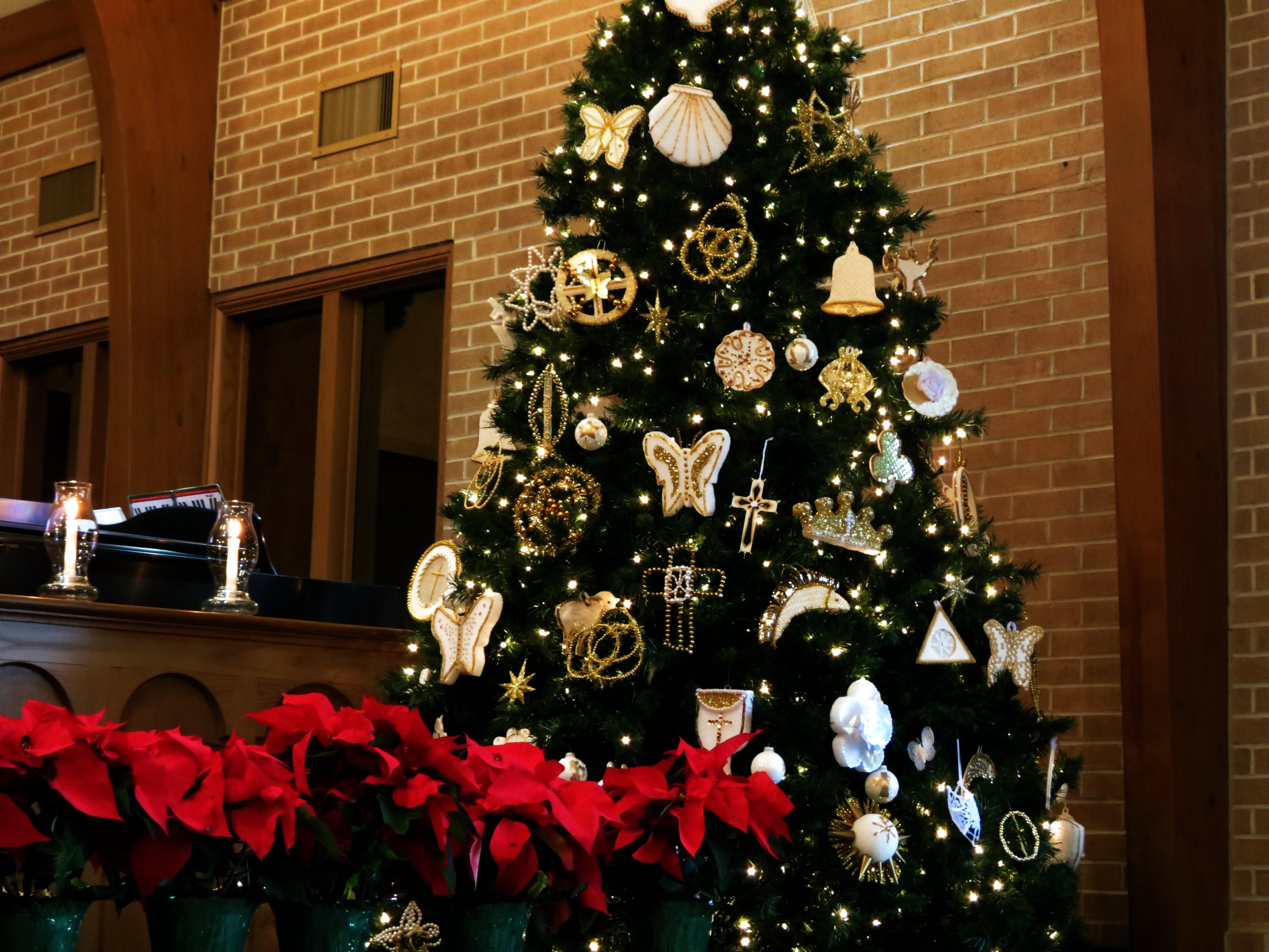 The Chrismon tree stands tall in the sanctuary of Cornelia United Methodist Church in Cornelia, Georgia. Photo by Claire DeLand, courtesy of Creative Commons.