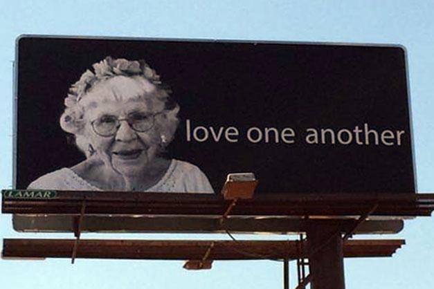 Anuncios que presentan a una metodista unida de 95 años comparten un mensaje de amor y esperanza. Foto por Christopher Fenoglio, Comunicaciones Metodistas Unidas.