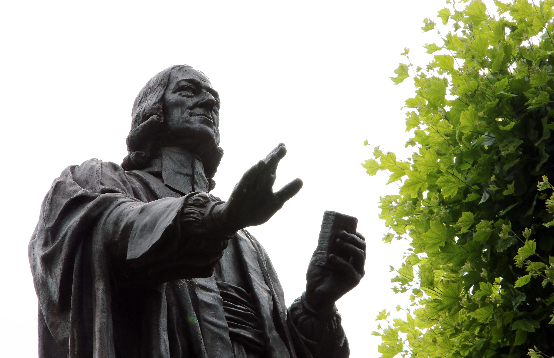 John Wesley s'est battu tout au long de sa vie contre une séparation complète de l'Église d'Angleterre. Cette statue de lui se tient devant sa maison à Londres. Photo de Kathleen Barry, United Methodist Communications.