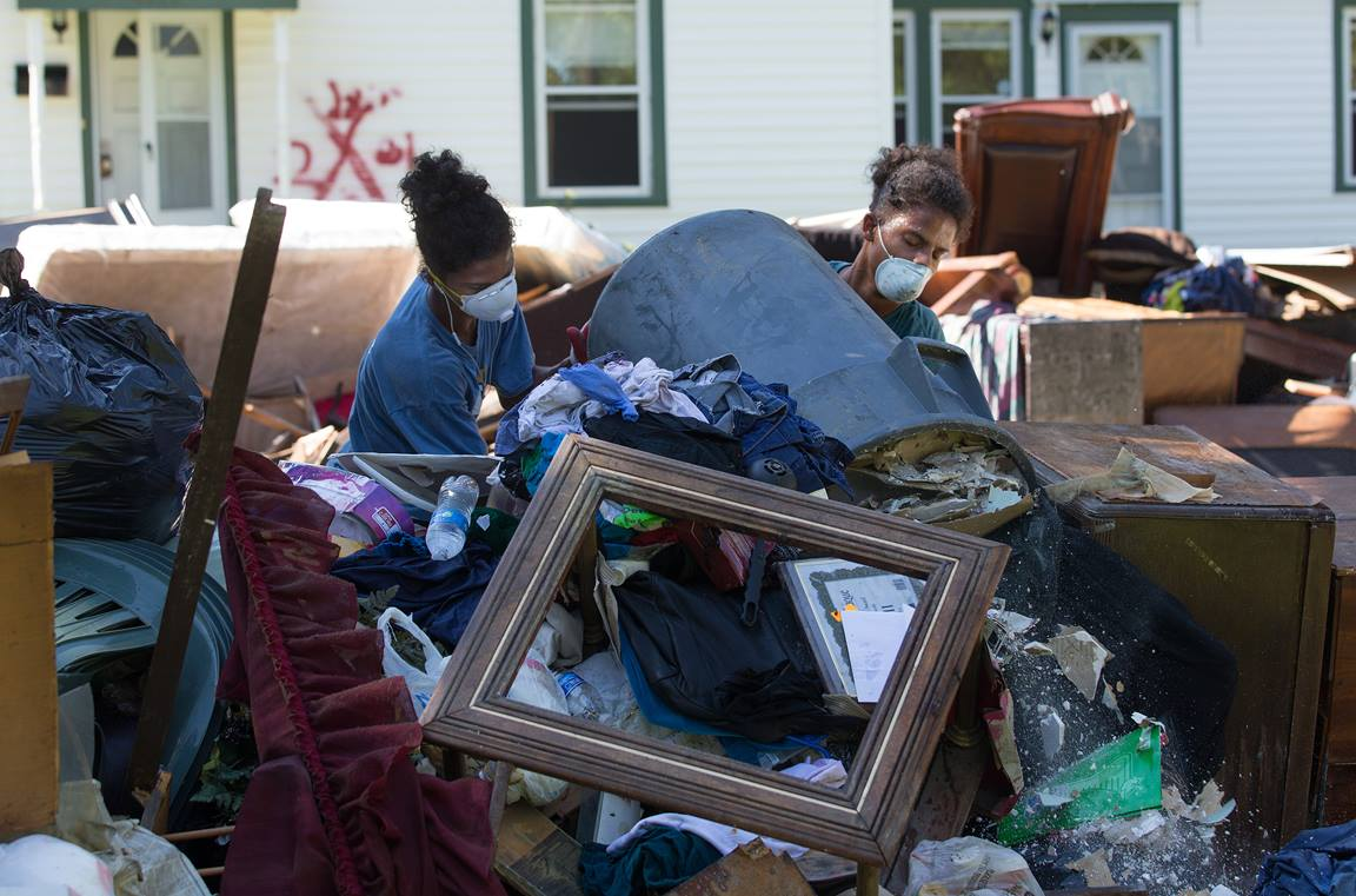 Jeremain (à gauche) et Jeremaih Robinson empilent des meubles en ruine d'une maison qui a été fortement endommagée par les inondations à Baton Rouge, LA. Les jumeaux de 16 ans faisaient partie d'une équipe de bénévoles de la First United Methodist Church à Baton Rouge. Photo de Mike DuBose, UMNS.