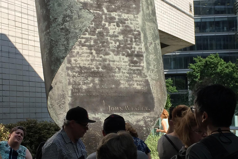 Un monument sur Aldersgate Street, à Londres, se souvient des paroles de John Wesley: «Il avait enlevé mes péchés, même les miens, et m'avait sauvé de la loi du péché et de la mort ». Photo de Joe Iovino, United Methodist Communications.