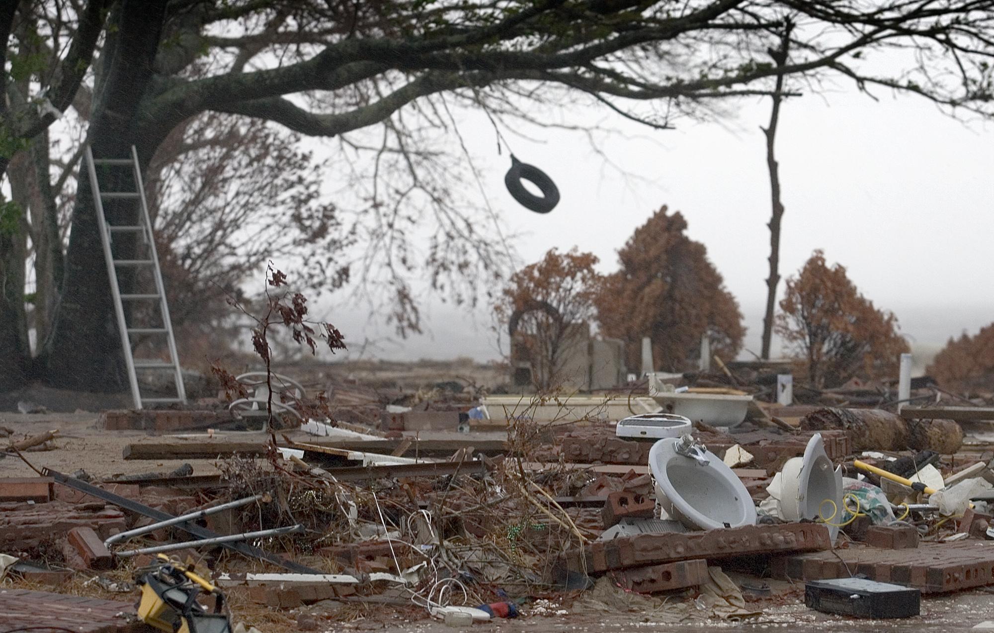 Um balanço de pneu balança ao vento do furacão Rita sobre os restos de uma casa à beira-mar destruída pelo furacão Katrina em Ocean Springs, Mississipi. O Rita chegou ao leste do Texas em 24 de setembro de 2005, quase quatro semanas após o Katrina atingir Louisiana e Mississippi. Foto de Mike DuBose, Serviço Metodista Unido de Notícias.