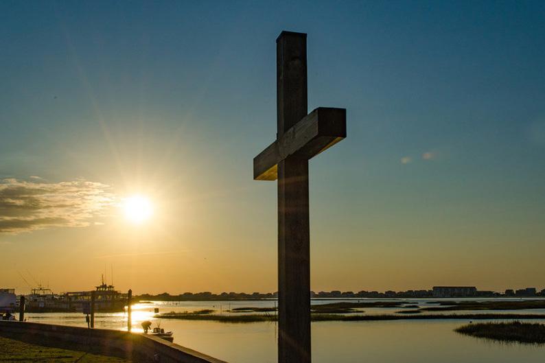 El sol se levanta detrás de la cruz del malecón en la Iglesia Metodista Unida Berlín, en Murrells Inlet, Carolina del Sur.  Foto: Austin Bond Photography