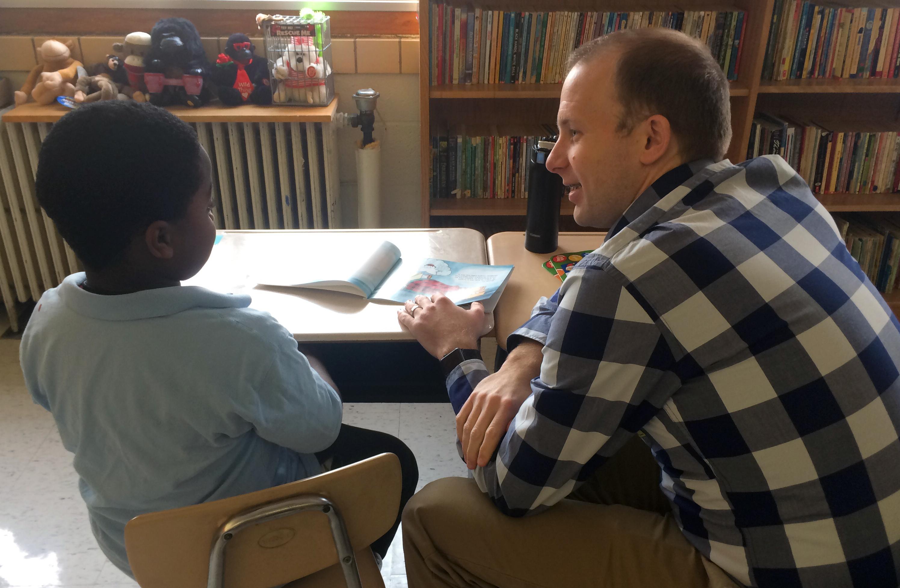 Un membre de la Gathering United Methodist Church de St. Louis travaille avec un élève de la Washington école primaire dans le cadre du projet d'alphabétisation de l'église. Photo gracieuseté de The Gathering.