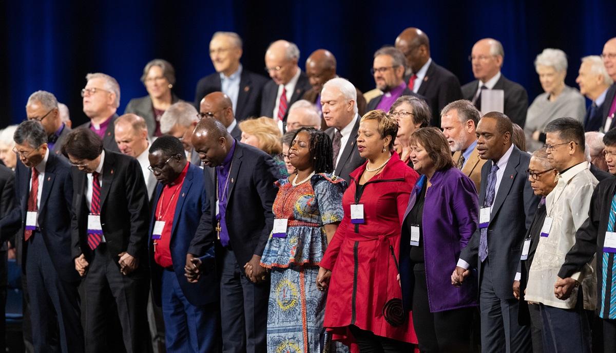 Waaskofu Methodisti wanashikilia mikono katika maombi wakati ya siku ya kusala ku Conference General ya 2019 iyo St. Louis. Picha ya Mike DuBose, UMNS.