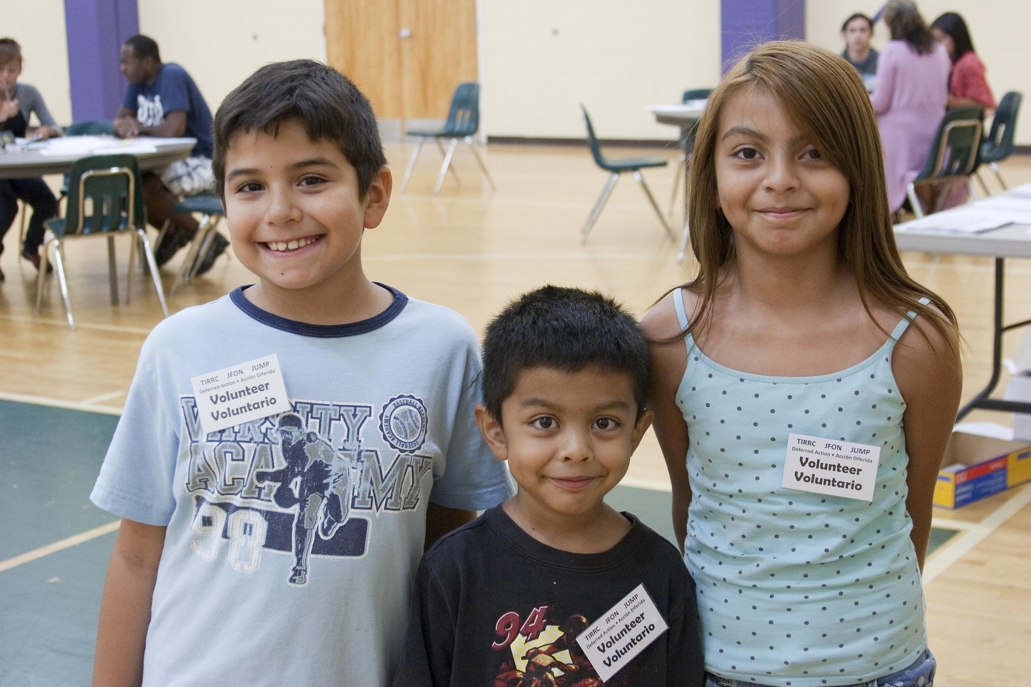 Niños sirven como voluntarios y dan la bienvenida a clientes en una clínica de inmigración. Foto cortesía de JFON Tennessee.