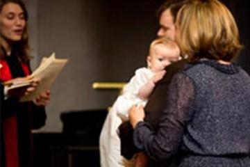 """세례라는 성례를 통해, """"우리는 그리스도의 거룩한 교회의 일원이 되고, … 하나님의 전능하신 구원의 행동 일부분이 되며, 물과 성령을 통해 새로운 생명을 부여받게 됩니다."""""""