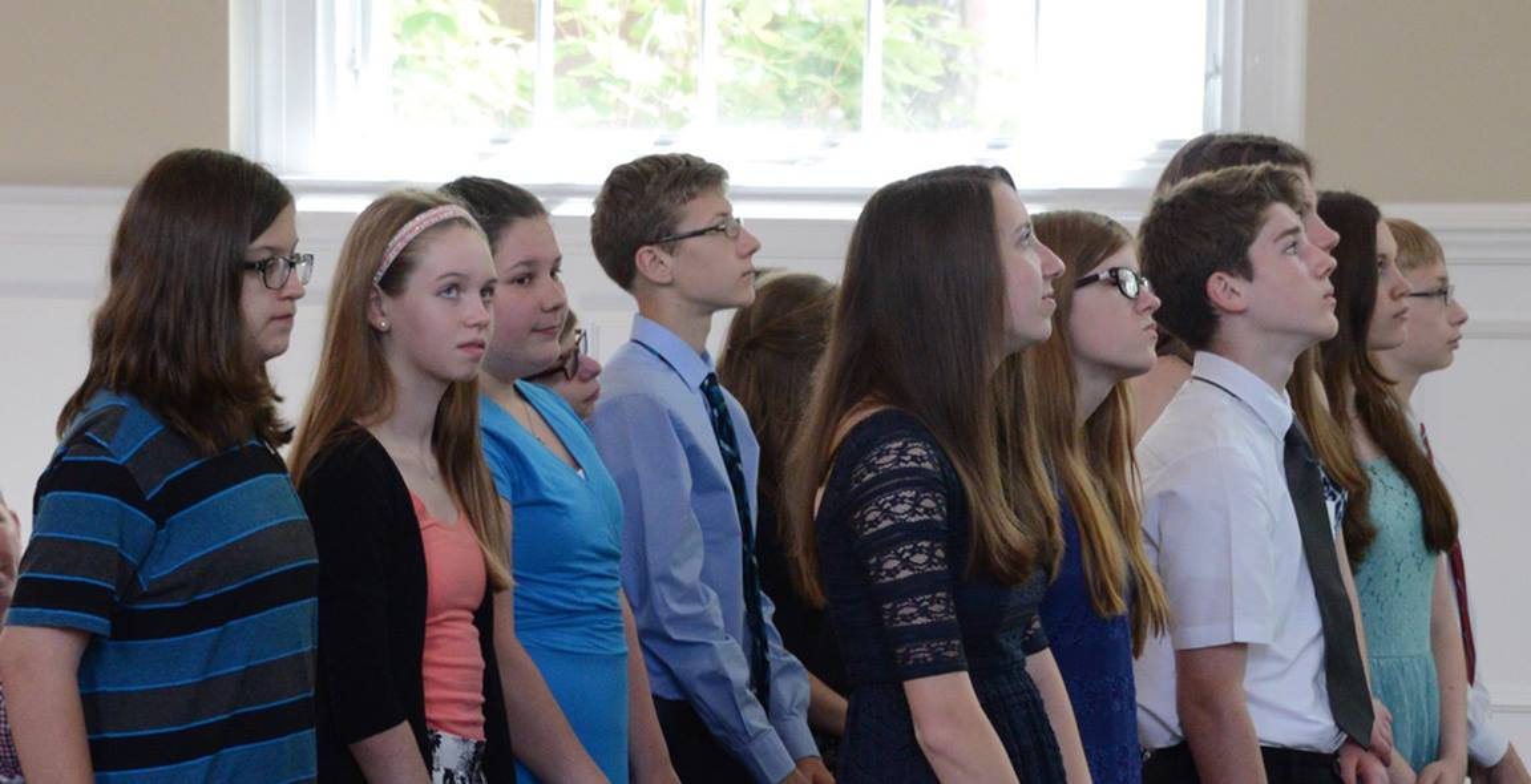 Alumnos de clases de confirmación experimentan juntos la primera profesión de su intención de vivir como discípulos fieles de Jesucristo