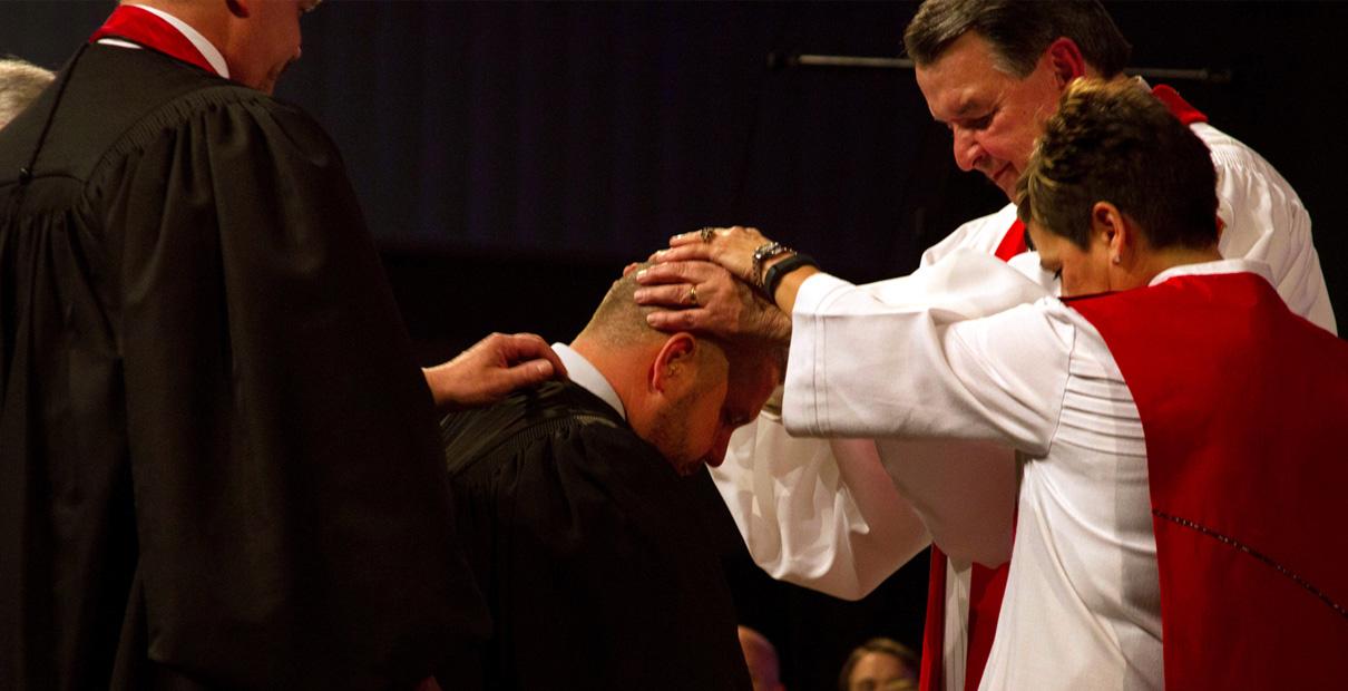 Lors de l'ordination, le clergé méthodiste uni est prié, habilité par le Saint-Esprit et autorisé par l'église pour sa vie et son travail. Photo d'Emily Green, Conférence de l'Indiana.