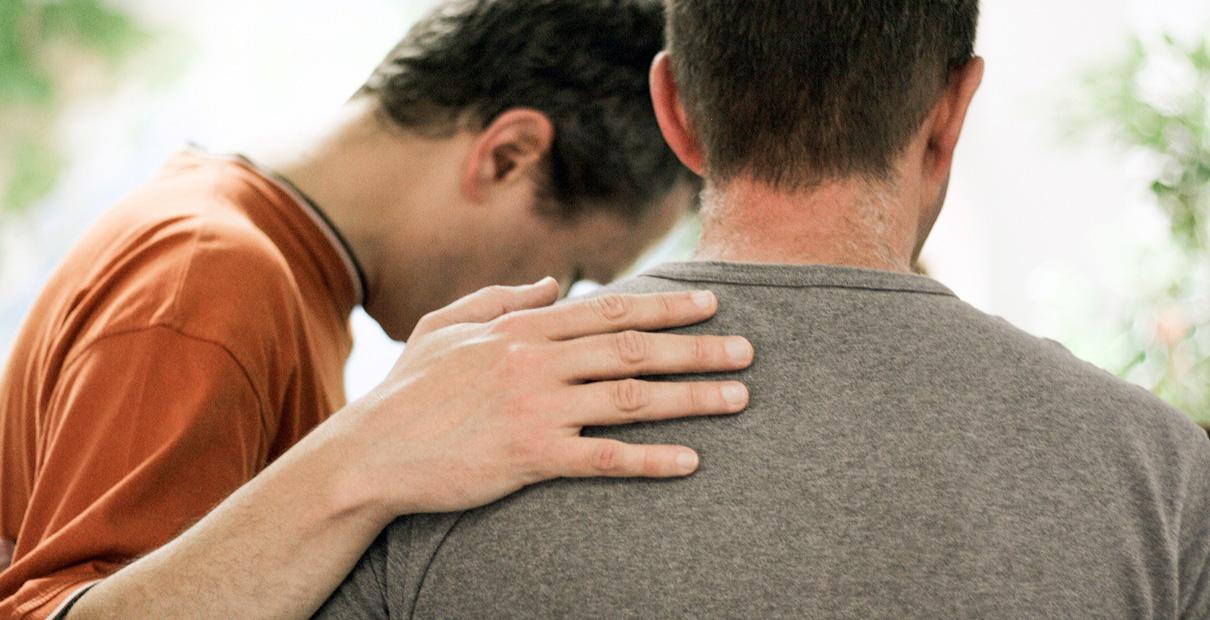 Confessamos nossos pecados diante de Deus e uns dos outros. Foto de estoque por FreelyPhotos.com, Creative Commons 0.
