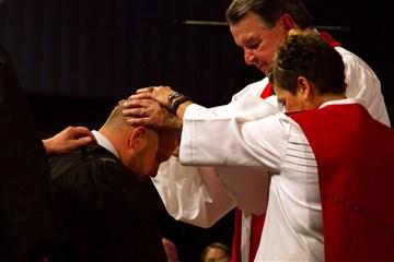 목사안수식에서 연합감리교회 목회자들은 기도를 받고, 성령의 능력을 힘입게 되며, 그들의 삶과 사역을 위한 교회의 인정을 받는다. 사진 제공: 에밀리 그린, 인디애나연회