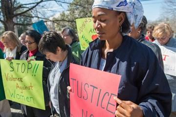 Nesta foto de arquivo de 2013, a Revda. Eunice Musa Iliya (à direita) participa de uma vigília do Dia Internacional da Mulher, patrocinada pelas Mulheres Metodistas Unidas. Foto de Kristina Krug, cortesia das Mulheres Metodistas Unidas.
