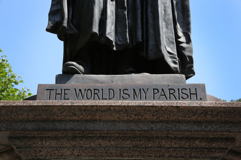 """El mundo es mi parroquia """"está inscrito en la base de una estatua de John Wesley ubicada en el patio afuera de la Capilla de Wesley y la casa de John Wesley en 49 City Road en Londres. Foto de Kathleen Barry, Comunicaciones Metodistas Unidas"""