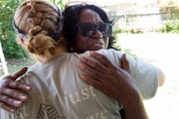 Betty Johnson, dueña de casa, abraza a Jamie Jones, voluntaria que formó parte del equipo de una misión de Santa Mónica, Calif. Foto: Mike DuBose, UMNS.