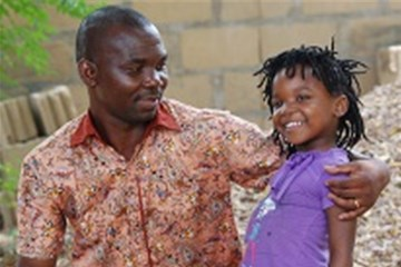 Pedro Chadreque Guambe y su hija Wendy comparten un momento juntos