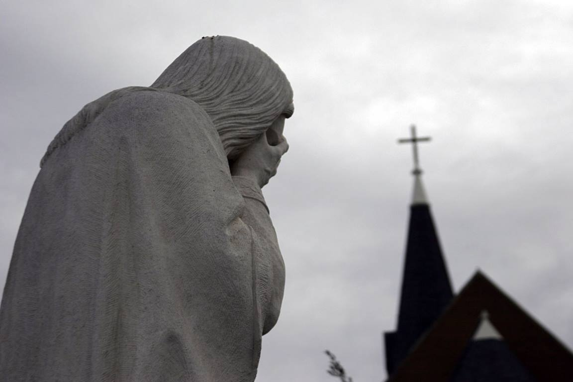 "A statue of ""Weeping Jesus"" is found near the memorial site in Oklahoma City where 168 perished in the 1995 terrorist bombing. Photo by Ronny Perry, UMNS"