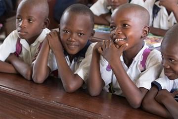 Los estudiantes se ríen en un salón de clases en el este del Congo. Foto de Mike DuBose, Servicio Metodista Unido de Noticias