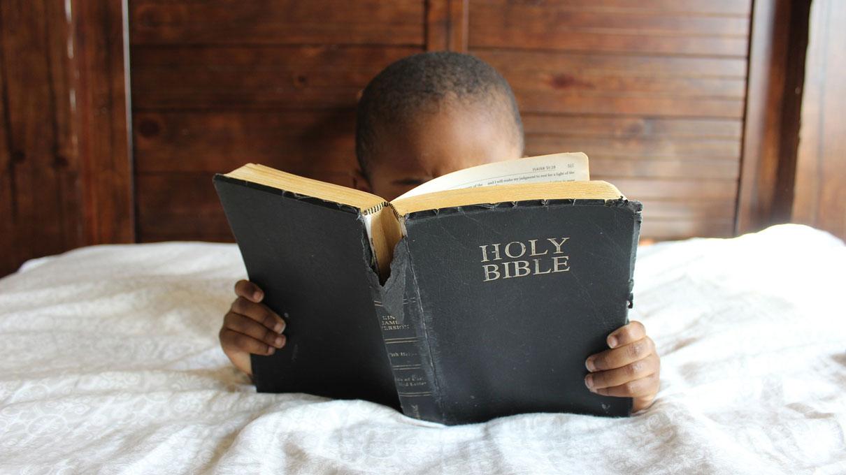 Les adultes peuvent aider les jeunes à mieux comprendre l'histoire de la mort de Jésus. Photo courtoisie de Pixabay.com, domaine public CC0.