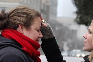 사진: 잉그리드 매킨타이어가 거리의 사제로 불리는 린지 크링스 목사로부터 재의 수요일 십자가 예식을 받고 있다. 이날 약 30명의 사람이 노숙 및 빈곤 문제로 고통받는 이들에 대한 주의를 환기하기 위해 함께 모여 재의 수요일 예식을 나누었다. 매킨타이어는 테네시주 프랭클린의 크라이스트 연합감리교회의 교인이다. 사진 제공: 캐트린 배리, 연합감리교 공보부.