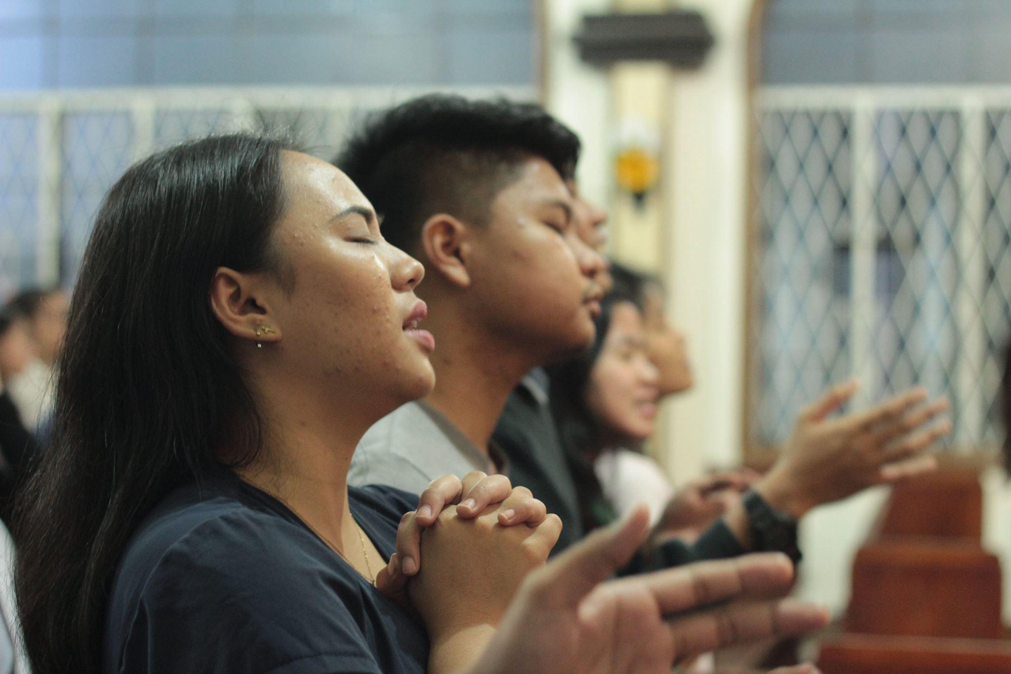 Os jovens adoram na Primeira Igreja Metodista Unida em Baguio City, Filipinas. A igreja tem um culto de adoração nas tardes de domingo que atende aos jovens e aos jovens de coração, disse o Dr. Neil Peralta, presidente do comitê de adoração. Foto gentilmente cedida pelo Comitê de Comunicação da Primeira Igreja Metodista Unida de Baguio City.