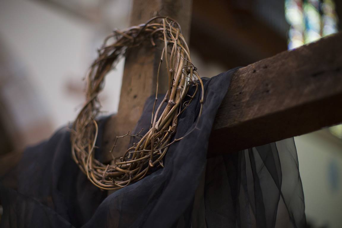 A wreath and draped cross symbolize the crucifixion of Christ during Good Friday service. Photo by Kathleen Barry, United Methodist Communications.