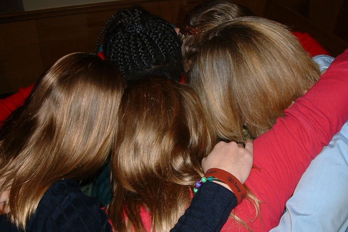 Faire partie d'un groupe de Disciple de l'Alliance peut vous lier en tant que PFF — Prayer Friends Forever (Amis de prière pour toujours) — comme ce groupe de filles s'appelle. Photo gracieuseté de Melanie Gordon, Ministères du Discipulat.