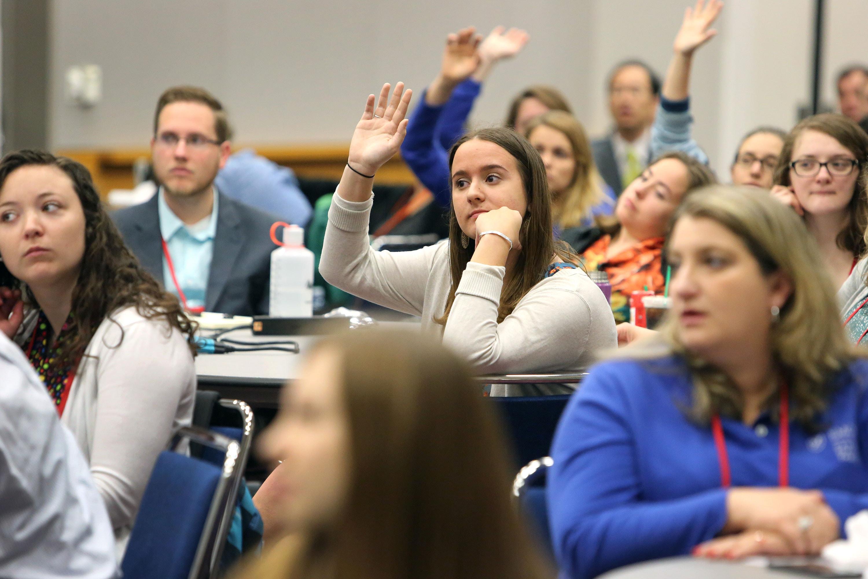 Los estudiantes del seminario hacen preguntas al reverendo Adam Hamilton durante la sesión informativa de los estudiantes del seminario en la Conferencia General Metodista Unida 2016 en Portland, Oregon. Foto por Kathleen Barry, Comunicaciones Metodistas Unidas