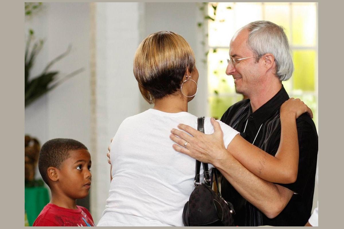 뉴올리언즈의 제일그레이스연합감리교회 션 모세 목사(오른쪽)가 교회에 등록한 교인 가정을 환영하고 있다. 사진, 캐티 길버트, 연합감리교뉴스.
