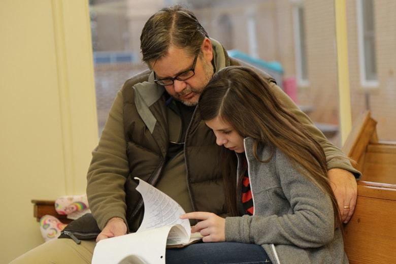 매디슨제일연합감리교회의 중보기도 봉사자들은 매주 한 시간씩 도움이 필요한 이들을 위해 기도한다. 사진 제공: 밥 딕슨과 그의 딸 레이철.