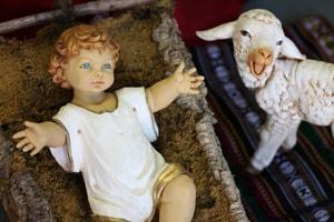 예수님의 탄생을 묘사한 장식 등에서 발견되는 두 팔을 벌리고 있는 아기 예수님은 구원을 향한 초대라는 상징적 의미를 담고 있다. 사진 제공: 캐트린 프라이스, 연합감리교회 공보부.
