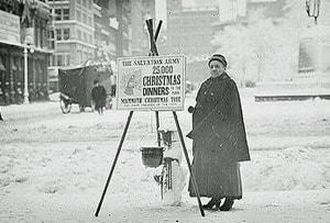 자선 냄비와 종은 수년 동안 구세군의 성탄 불우이웃 돕기 모금 운동의 일부분이었다. 사진 출처: 미 국회 도서관