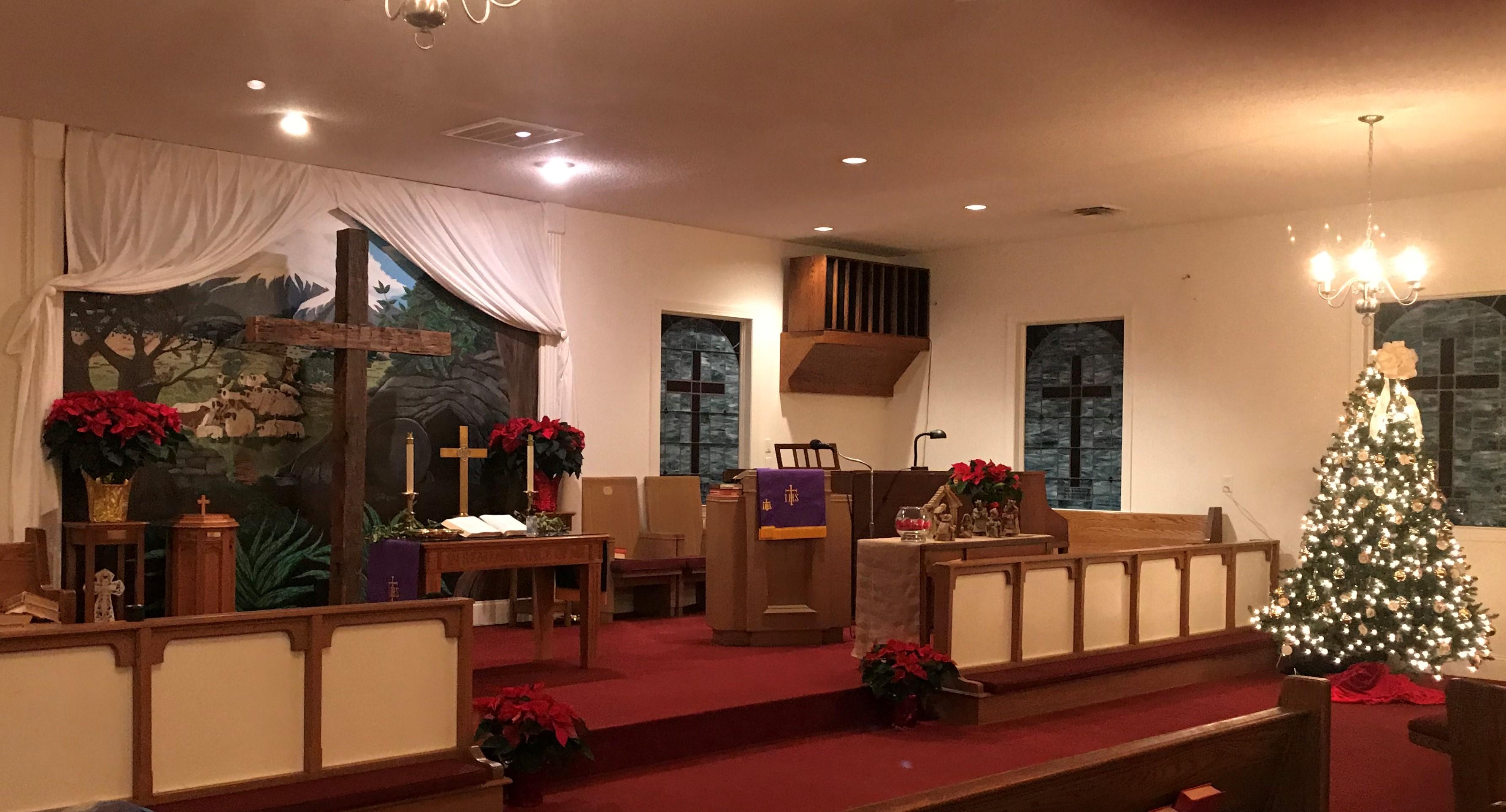 Le sanctuaire de l'église méthodiste unie de Sandy Ridge à High Point, en Caroline du Nord, est décoré pour l'Avent. Photo de Donna Friddle.