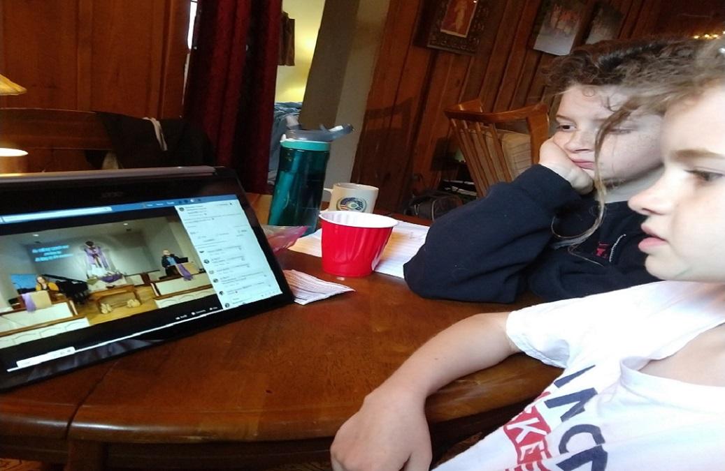Crianças da igreja Glendale United Methodist Church em Nashville, Tenneessee, assistem um culto online em casa durante a pandemia do coronavírus. Foto cortesia de Glendale United Methodist Church