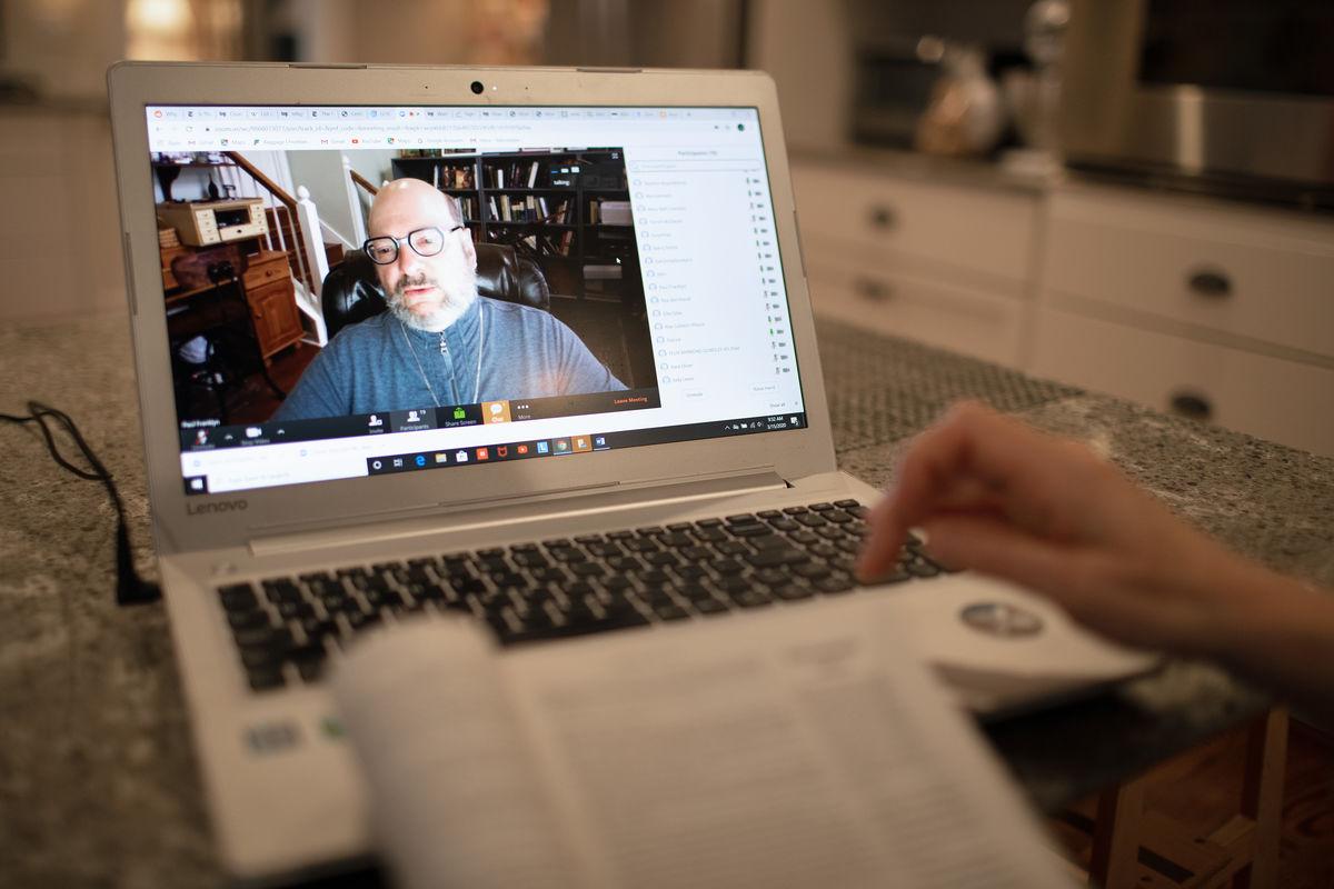 Estudio de la Biblia durante el distanciamiento social, foto de Mike DuBose, UMNews