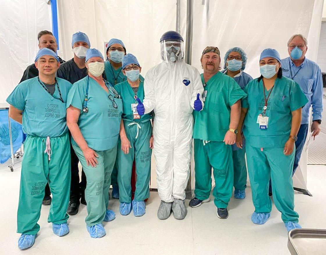 El equipo médico de emergencias del Hospital Indígena Shiprock en Shiprock, Nuevo México, modela los trajes Tyvek y las máscaras N95 donadas por el Equipo de Respuesta Temprana de la Conferencia Anual Desierto del Suroeste. El hospital atiende la Nación Navajo, que tiene más de 1.100 casos confirmados del COVID-19. Foto cortesía de Gail Ringelberg.