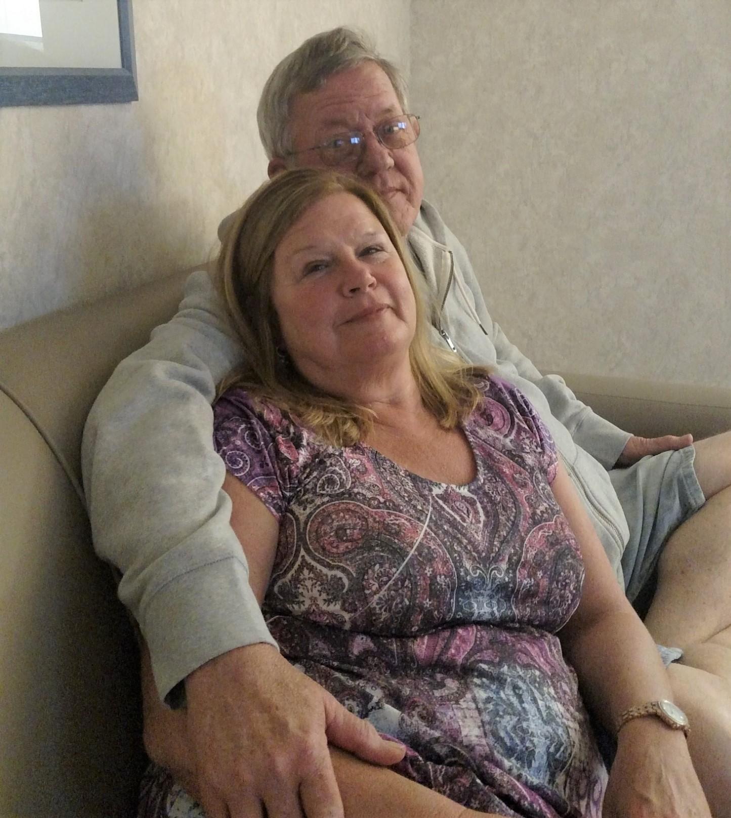 제리 헴스(앞)는 COVID-19가 유행하던 시기에 남편 더그(뒤)를 떠나보낸 이야기를 들려준다. 사진 제공: 제리 헴스.