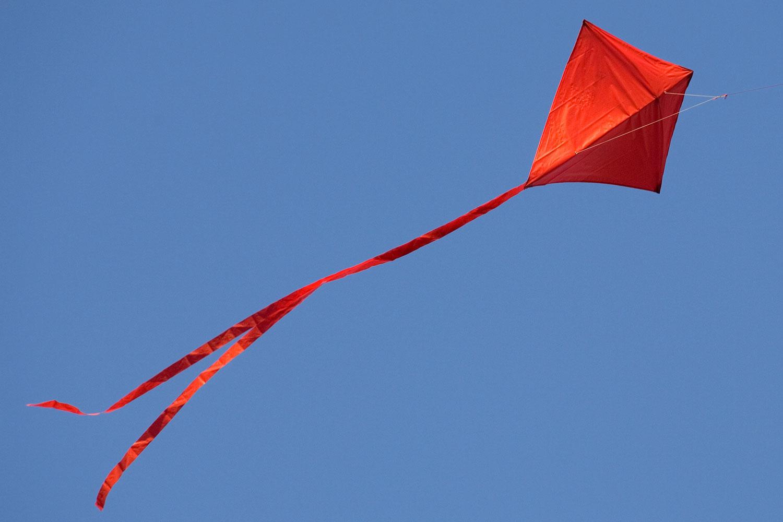 Empinar uma pipa vermelha é uma maneira de comemorar Pentecostes. Foto do arquivo de Mike DuBose, United Methodist Communications.