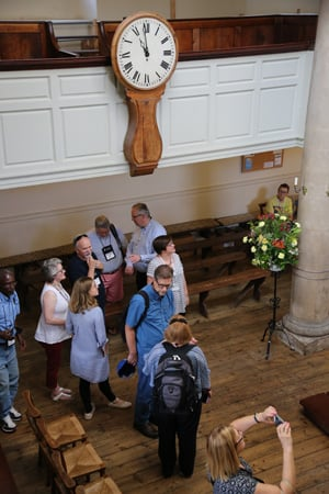 Les bancs de la New Room ne sont pas originaux, mais l'horloge l'est. John Wesley a conseillé à ses prédicateurs de « Soyez ponctuels. Faites tout exactement au moment ». Photo de Kathleen Barry, United Methodist Communications.