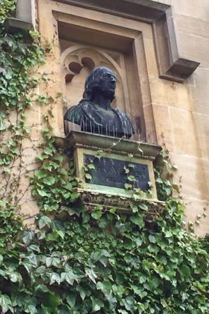 Sur le mur d'un immeuble de résidence dans l'un des quads du Lincoln College se trouve un buste de John Wesley qui y était camarade. Photo de Joe Iovino, United Methodist Communications.