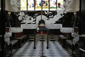 Les portes de la chapelle du Lincoln College rappellent l'époque de John Wesley en tant que camarade, 1726-1751. Photo de Kathleen Barry, United Methodist Communications.