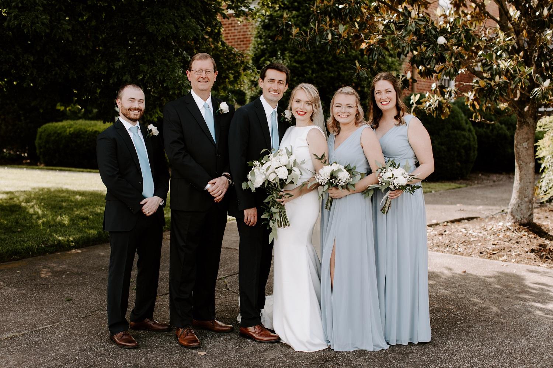 Cuando la pandemia de coronavirus atacó, la boda de Ally y Andrew Lay pasó de 350 invitados a 10. En la foto: Andrew y Ally Lay (centro) con miembros de su familia inmediata, que sirvieron como invitados y fiesta nupcial. Foto cortesía de Andrew Lay.