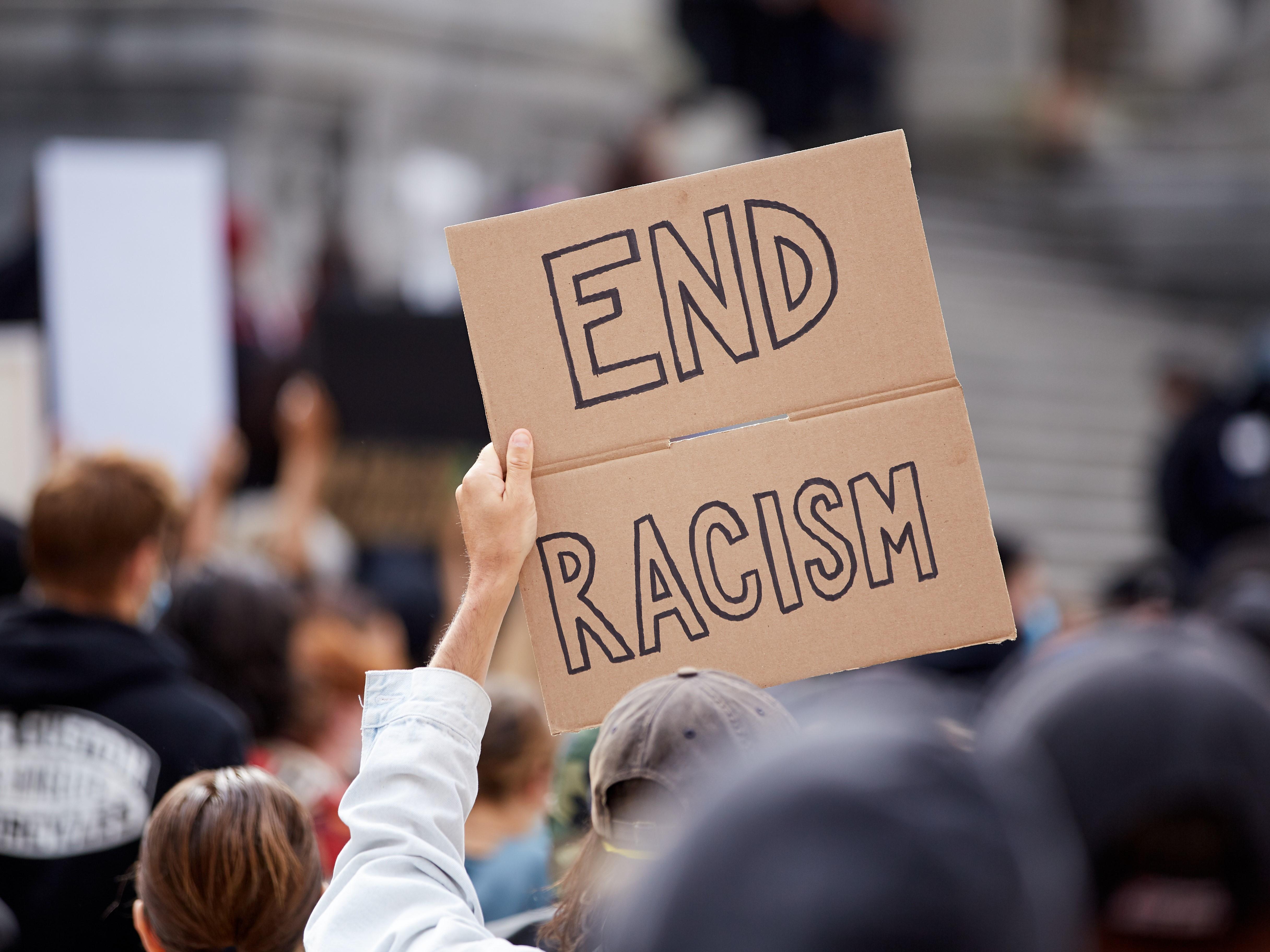 « Mettre fin au racisme », signe du rassemblement.