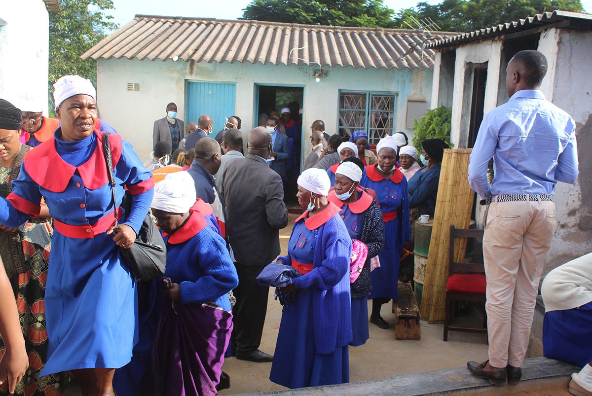 Dozens gather for the burial of the Rev. Themba Siwela of Gutu Mupandawana Circuit Masvingo District. Many did not wear face masks or maintain social distancing. Photo by Kudzai Chingwe, UM News.