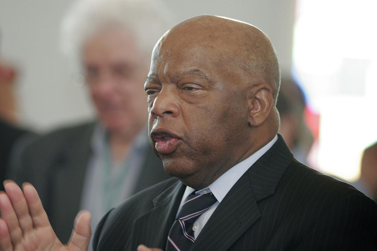 """El congresista John Lewis habla durante un servicio de adoración en el 2009, en la histórica Iglesia Episcopal Metodista Africana de la Capilla Marrón en Selma, Alabama, durante el 44 aniversario del Domingo Sangriento, la Marcha por los Derechos de Votación de Selma-Montgomery en 1965. """"Estábamos preparados para caminar desde aquí hasta Montgomery. Estábamos preparados/as para recibir una paliza, para dar un poco de sangre. Selma, Selma, Selma nos ayudó a liberarnos a todos/as"""" dijo. Foto de archivo de Kathy L. Gilbert, Noticias MU."""