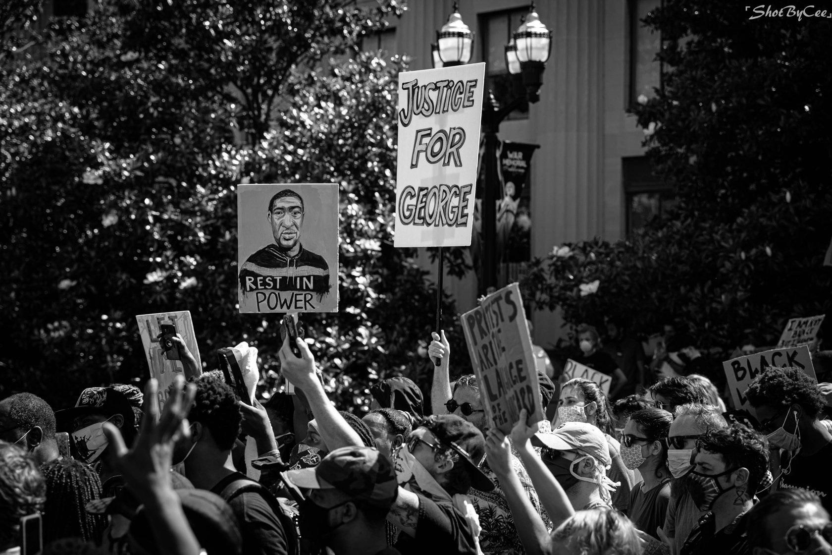 Des manifestants défilent lors du rassemblement « Je vais respirer » le 4 juin 2020, au Legislative Plaza à Nashville, Tennessee. Des milliers de personnes ont assisté au rassemblement en soutien à George Floyd, tué à Minneapolis par un policier. Photo par Chanitra Dreher Photography.
