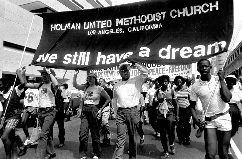 Marche pour la paix, l'emploi et la liberté à l'occasion du 20e anniversaire de la marche initiale à Washington, D.C. 1984. Le révérend James Lawsom (au centre) dirige un groupe de la Holman United Methodist Church à Los Angeles. Photo de John C. Goodwin, Conseil méthodiste uni des ministères mondiaux.