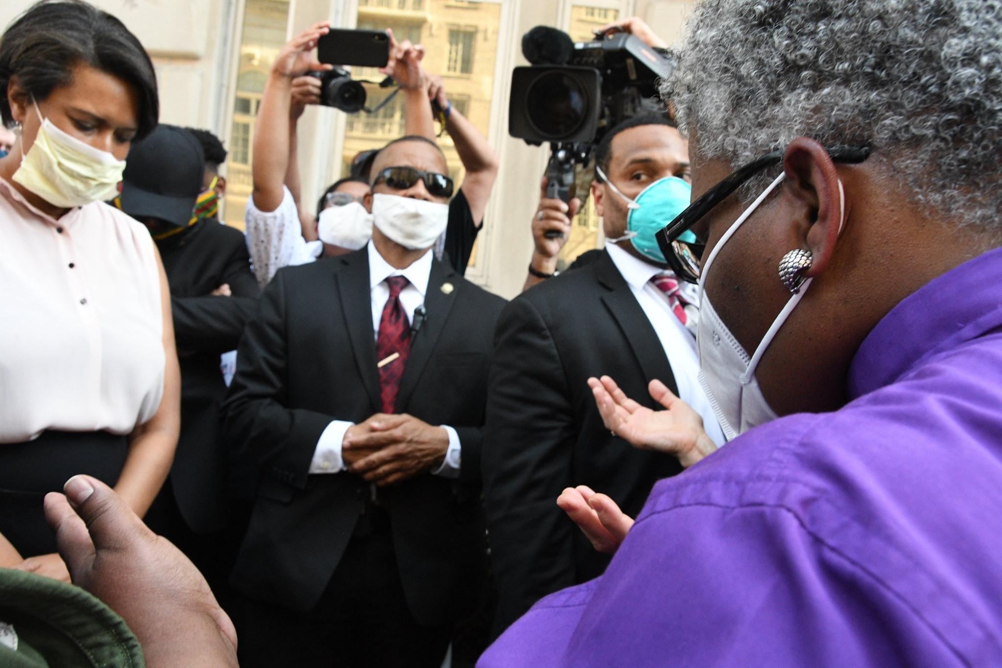 L'évêque méthodiste uni LaTrelle Easterling (à droite) offre une prière lors d'une veillée interconfessionnelle près de la Maison Blanche à Washington le mercredi 3 juin 2020. Photo de Melissa Lauber, Conférence Baltimore-Washington.