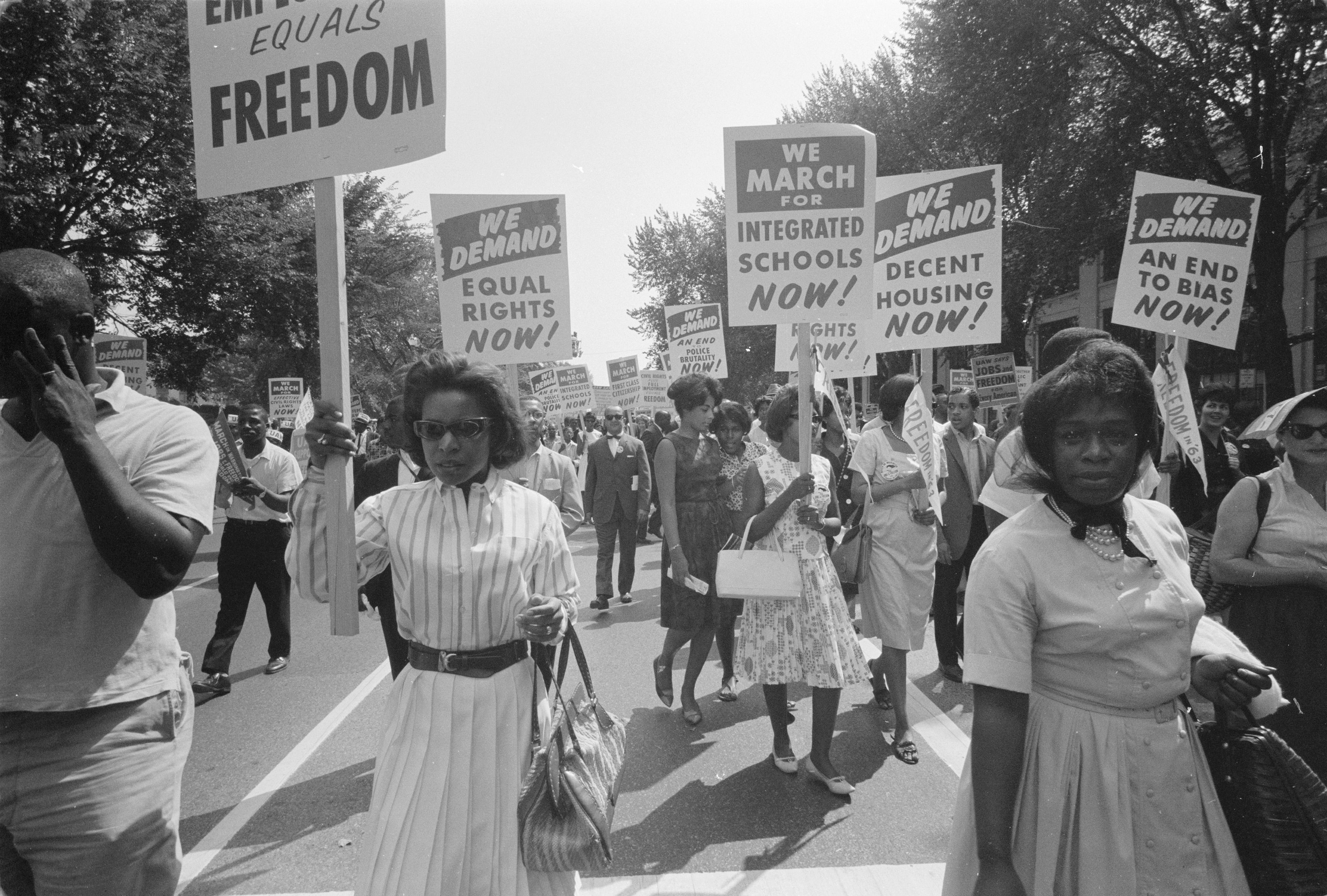 La procession d'Afro-Américains porte des pancartes pour l'égalité des droits, des écoles intégrées, un logement décent et la fin des préjugés lors de la marche sur Washington pour l'emploi et la liberté le 28 août 1963. Photo de Warren K. Leffler, propriété de la Bibliothèque du Congrès.