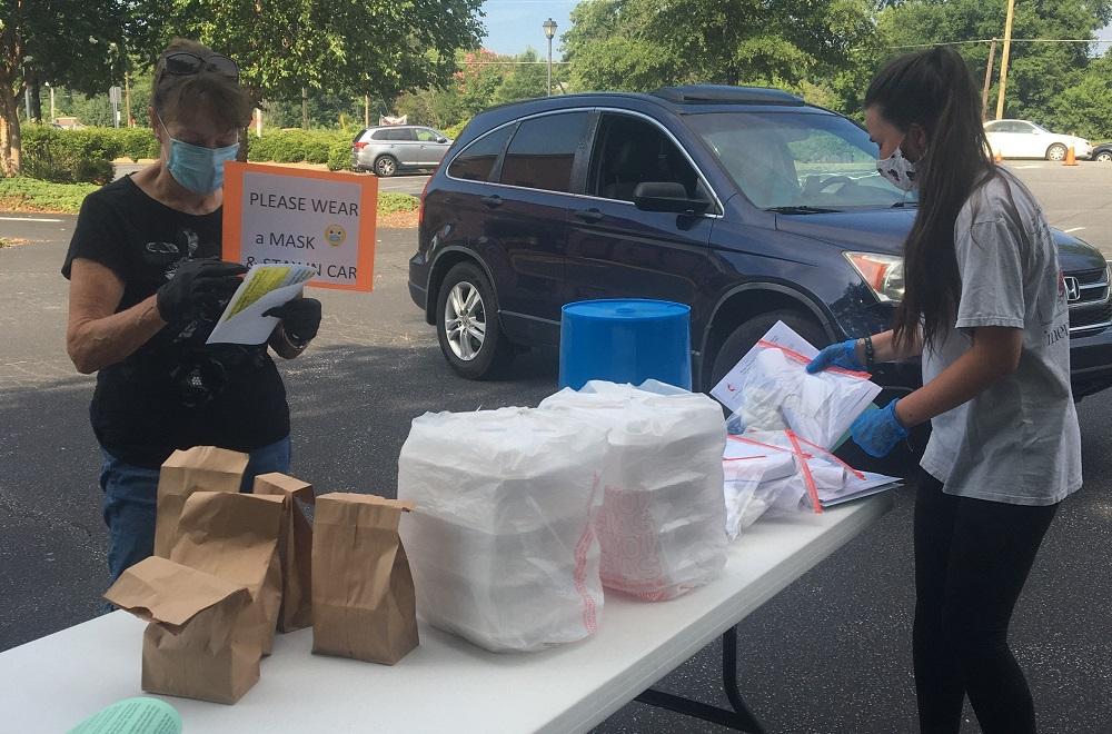 마운트플레즌트연합감리교회 교우들이 드라이브스루 장소에서 성경학교에 필요한 물품과 저녁 식사를 받아 가고 있다. 사진 제공: 마운트플레즌트연합감리교회