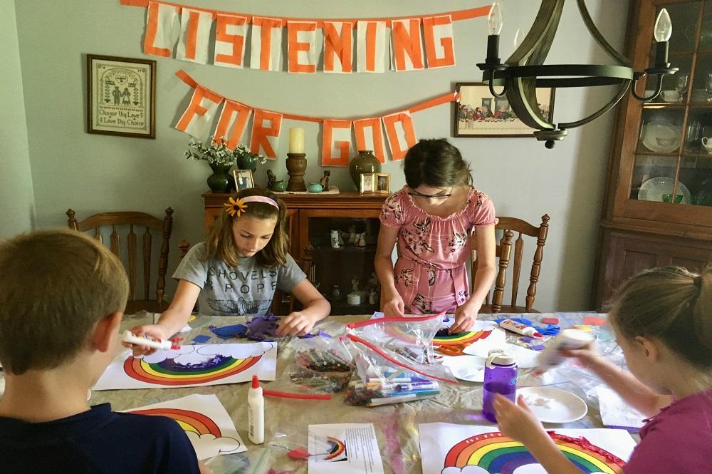 집에 도착한 뒤, 교우들은 여름성경학교 꾸러미 안에 있는 활동들을 한다. 롱이치(Rongitsch) 가정의 네 자녀가 성경학교 미술과 만들기 활동에 참여하고 있다. 사진 제공: 쉐릴 로우이